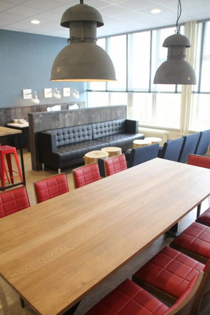 Personeelskamer Tender College IJmuiden - Grote tafel met vintage blad en metalen onderstel, stoel gestoffeerd doorgestikt kunstleer, industriële lampen.