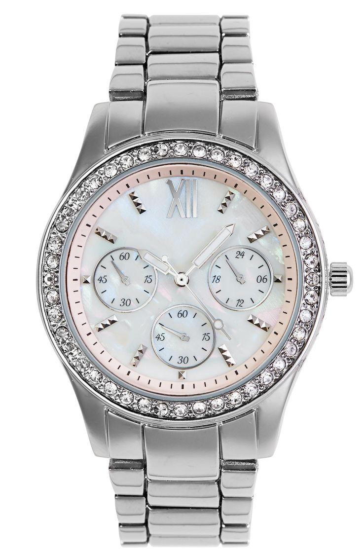 Dameshorloge met zilveren band Dit prachtige dameshorloge, is compleet in het zilver gekleurd. Het horloge is gemaakt van edelmetaal. De horlogekast, is versiert met allemaal kleine bergkristalletjes rondom. De wijzerplaat, is gemaakt in een hemel witte kleur. De nummers worden aangeduid in streepjes die lijken op kleine studs.  De horlogeband heeft een breedte van ongeveer 2 centimeter. De horlogekast heeft een diameter van ongeveer 3.7 centimeter.