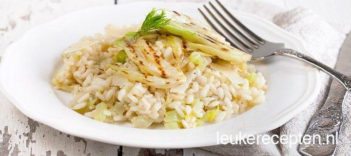 Voorbereiding Snipper de sjalot en knoflooktenen. Was de venkel en prei, snijd de prei in dunne ringen. Verwijder de harde kern uit de venkel en snijd het middelste deel in plakken en de rest in kleine blokjes. Verwarm de groentebouillon. Bereiding Verhit olijfolie in een wokpan of grote pan. Fruit de fijngesneden sjalot en knoflook een minuut. Voeg de risotto rijst toe en bak tot deze glazig wordt. Blus af met witte wijn en als deze volledig is opgenomen begin je met het toevoegen van de…