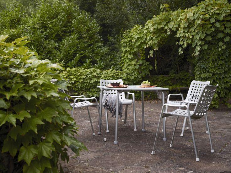Geringes Gewicht und hohe Stabilität verschmelzen im Davy Table. Der wetterfeste Tisch passt durch seine Schlichtheit in die verschiedensten Außenbereiche. Er ist bis vier Stück übers Eck stapelbar und verfügt über ein ausgestanztes Loch in der Mitte der Tischplatte für Sonnenschirme. Ideal passen auch die Vitra Landi-Stühle dazu.