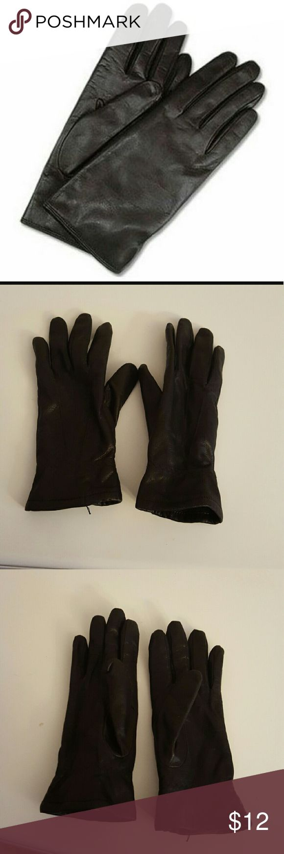 "Black Leather Gloves Driving Fownes Medium Black leather gloves or ""driving gloves"" size medium, in excellent condition. No, these are not the gloves OJ wore! The brand is Fownes.   Smoke free home. I will gladly bundle items to give you a discount (the more you buy, the cheaper I can let everything go!). Many items can be added on for only $1. fownes Accessories Gloves & Mittens"