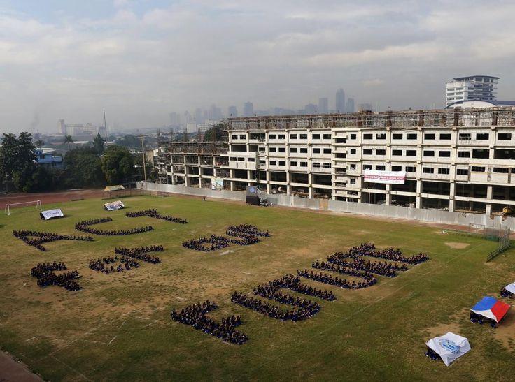 25.11 Des étudiants philippins forment un message d'espoir à quelques jours de la conférence de Paris sur le climat.Photo: epa/Francis R. Malasig
