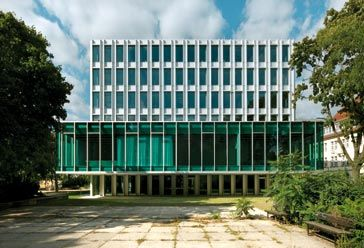 En la fachada se desarrollaron dos tipos de muro cortina, en la planta baja y en el volumen de oficinas, con los montantes exteriores, y en...