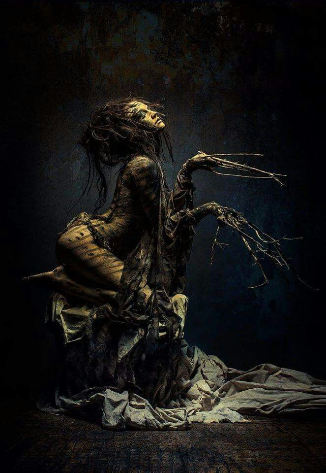 Dark Digital Art / Photography / Nightmare / Creature / Surreal / Roots / Horror / Creepy Woman // ♥ More at: https://www.pinterest.com/lDarkWonderland/