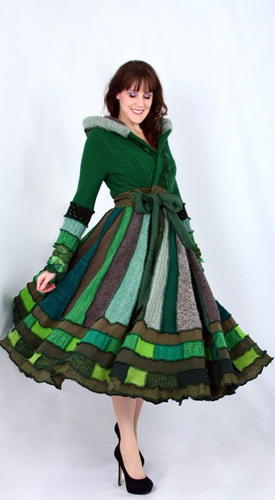Шикарные вязаные пальто можно сшить из старых свитеров, ненужных отрезков пальтовой ткани и различных тканевых лоскутков. Для этого необходимо, всего лишь, иметь определенные навыки шитья, аккуратность и, конечно же, терпение
