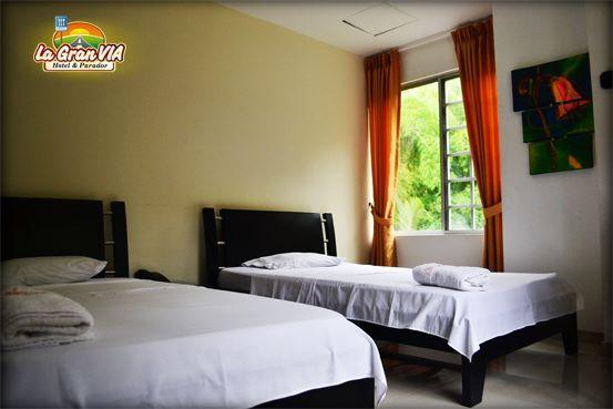 Habitación 2 personas: Consta de 2 camas de 1.2 m y 1 m de ancho: $66.000, Tv, mesa de noche, citofono y baño privado.