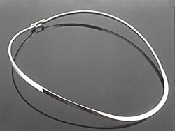 Latched oval sterling silver collar. 3mm
