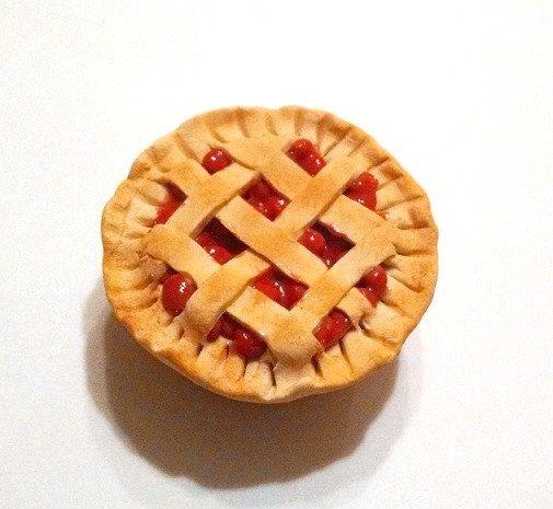 Cette liste est pour un aimant magnifique tarte aux cerises en argile polymère. La croûte au four chaud et treillis à la garniture de cerises