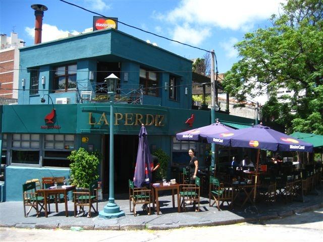 en LA PERDIZ.   Lugar de moda en Montevideo. Es un lugar genial para reunirse con amigos y sorprender al paladar. Excelente servicio.