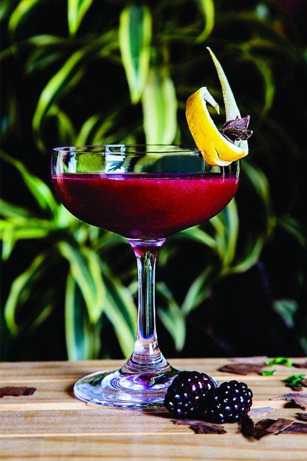 Dark Storm é um drink encorpado, aveludado, apimentado e muito saboroso. Em seu preparo, passa por um ritual com chá de especiarias, notas de pimenta e misturas de ingredientes que proporcionam a sensação de calor.