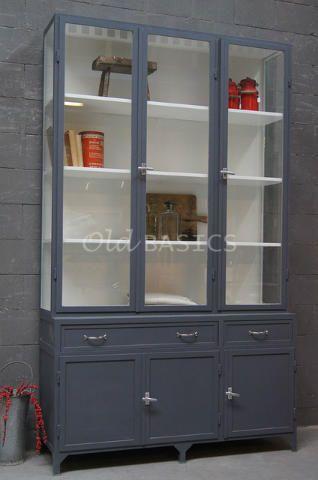 Apothekerskast 10029 (7024) - Dit stoere industriële meubel is een variant op de originele apothekerskast. De tweedelige kast heeft een speelse uitstraling door het diepteverschil van beide delen. In de onderkast zitten twee lades. Achter de dichte deuren een legplank. MAATWERK Dit meubel is handgemaakt en -geschilderd. De kast kan in vrijwel elke gewenste maat, indeling en RAL-kleur worden nabesteld. Benieuwd naar de mogelijkheden? Kom eens langs, of neem contact met ons op. Wij maken…
