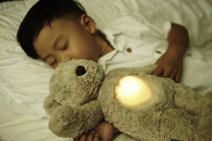 Przytulanka Miś idealna dla małych dzieci, posiada delikatne światło #lampki oraz funkcję bicia #serca lub wibracji. Piękny, miły w dotyku miś, który przywodzi na myśl niezapomniane stare zabawki. Nowoczesne funkcje czynią go jeszcze wspanialszą przytulanką.