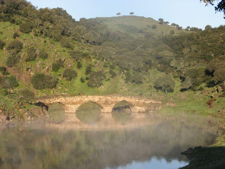 El puente del camino de Ceclarín sobre la Rivera de Fresnedosa, une los términos municipales de Ceclavín y Acehúche en un paraje de gran belleza.