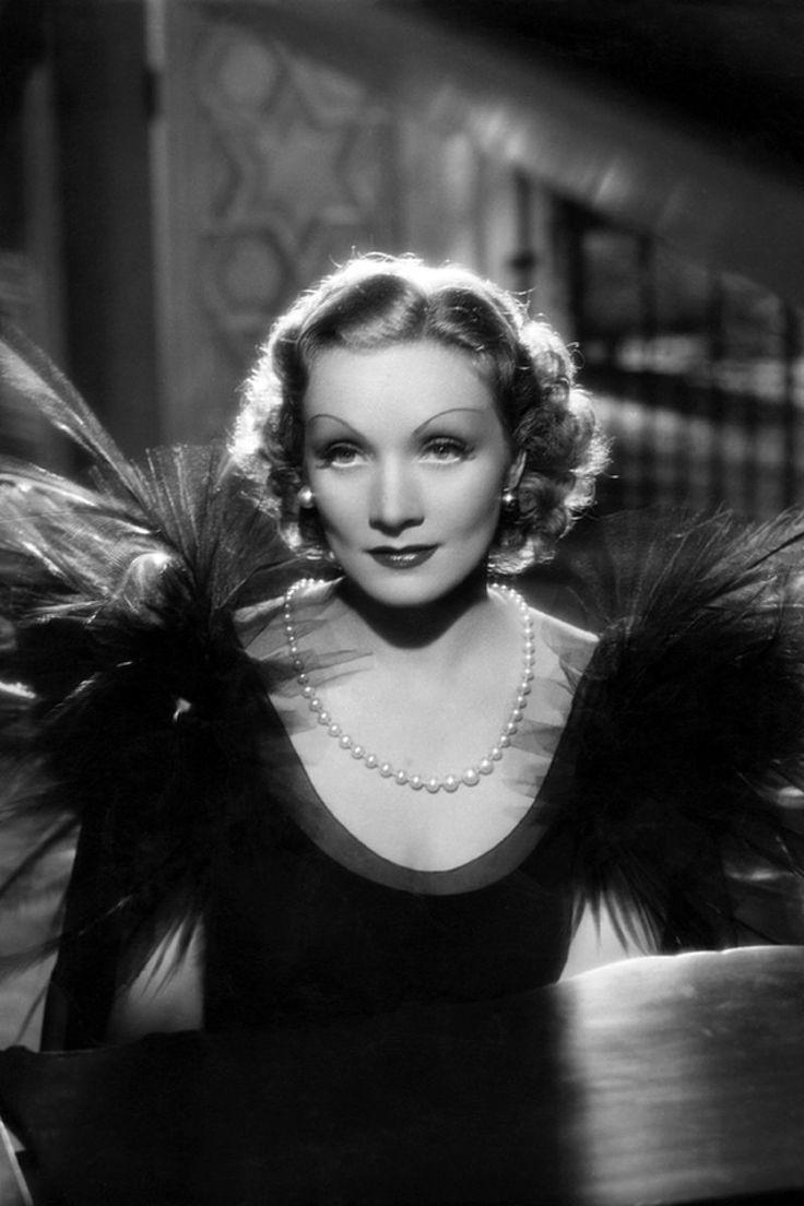 *-* La relación de Marlene Dietrich con las perlas fue intensa. Tanto en el cine como fuera de él. Si en 1936 encarnaba a una ladrona de joyas que huye a Madrid desde París tras robar un collar de perlas (Deseo), dos años antes protagonizaba un asunto de similares tintes peliculeros. Sólo que en la vida real.