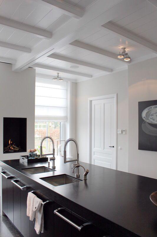 Stoer en strak interieur, balken in wit gelakt. Wil jij ook verf en klauradvies? Wij helpen je graag! Www.biggelaarverf.nl