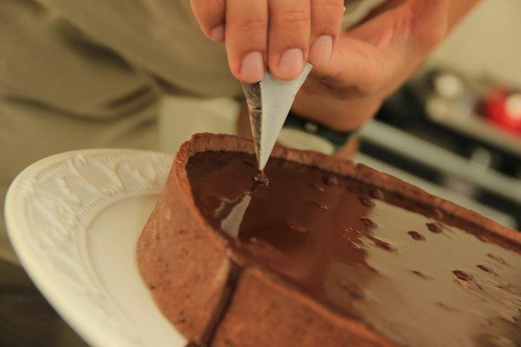 Decorando a torta de chocolate