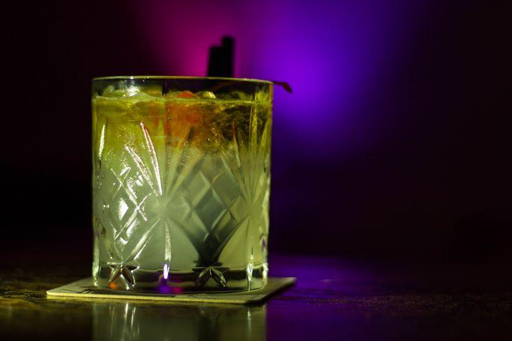 4 cl Rum weiss 2 cl Triple Sec 2 cl Limettensaft 1 cl Zuckersirup 1 cl Mandelsirup Dunkler Rum Alle Zutaten ausser dem dunklen Rum im Shaker auf Eis gut schütteln und in mit Crashed Ice gefülltes Glas abseihen. Den dunklen Rum über einen Löffel vorsichtig ins Glas einschenken, sodass es einen schönen Float gibt. …