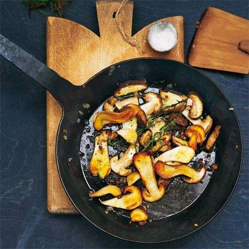 So schlicht, so gut: Probieren Sie Steinpilze mal in Butterschmalz gebraten, gewürzt mit Thymian und grobem Meersalz. Mit einer Scheibe Brot dazu ein Abendessen zum Schwelgen.