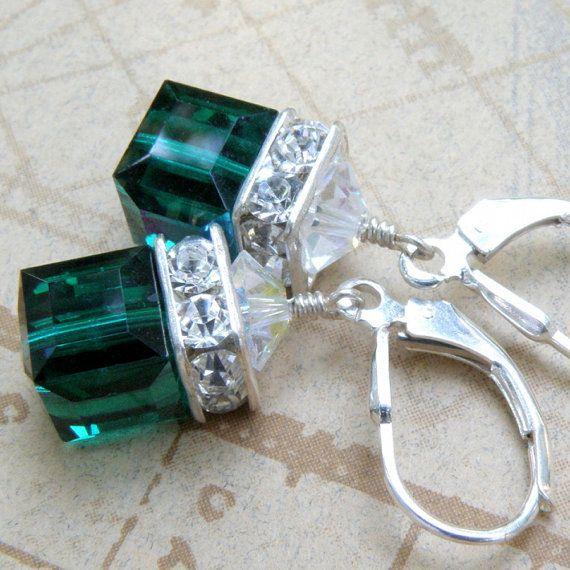 Tief Smaragd Grün farbenen Swarovski Kristall Würfel sorgen für ein schönes Paar Ohrringe für die Sommersaison. Diese sind kurz, prickelnde und gehen mit allem, was in Ihrem Kleiderschrank. Perfekt für das Geburtstagskind kann! Ohrring-Details: -Ohrringe sind 1,25 Zoll (3,17 cm) lang