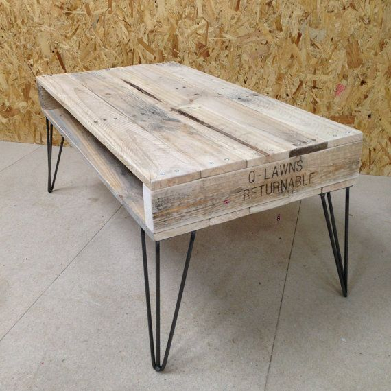 Table basse en bois palette recyclée avec les jambes en épingle à cheveux