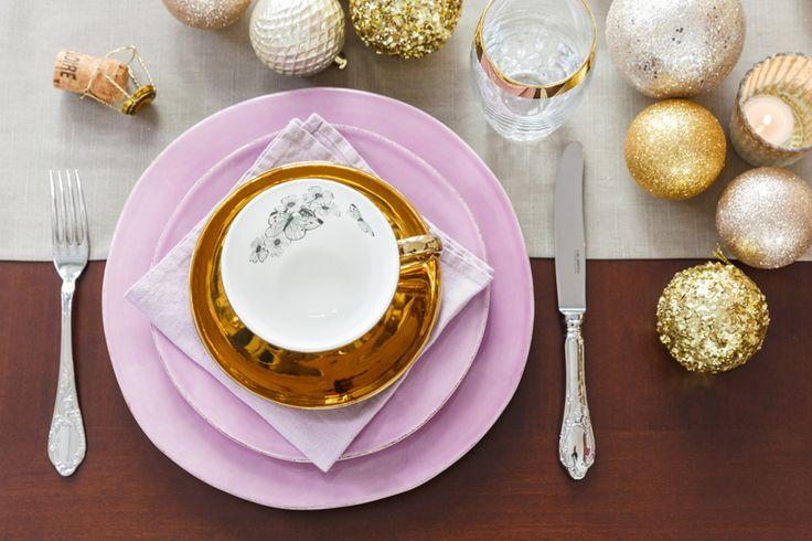 Wir sind im Goldrausch! Für unser elegantes Weihnachtsessen servieren wir Dir: Kristallgläser, Pailletten, Quasten und natürlich Gold, Gold, Gold sowie als Kontrast ein zartes Lila. Die Tischdeko? Hauptsache üppig! Platziere Christbaumkugeln in der Mitte, vier unterschiedlich große Kerzenständer ersetzen subtil den traditionellen Adventskranz. Damit es nicht altbacken wirkt, Tischwäsche reduzieren. Ein schlichter Läufer reicht hier völlig! // Interior Design Inspiration Esszimmer Tafel Tisch…