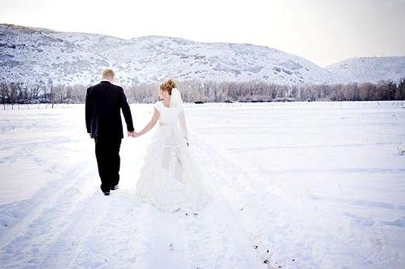 Ideeën voor een winterbruiloft -  Hoewel de meeste vrouwen de voorkeur geven aan een zomerse bruiloft, kan trouwen in de winter ook ontzettend romantisch zijn. Denk maar eens aan de magische winterwereld met sneeuw en witte bomen!   Daarnaast heeft een …