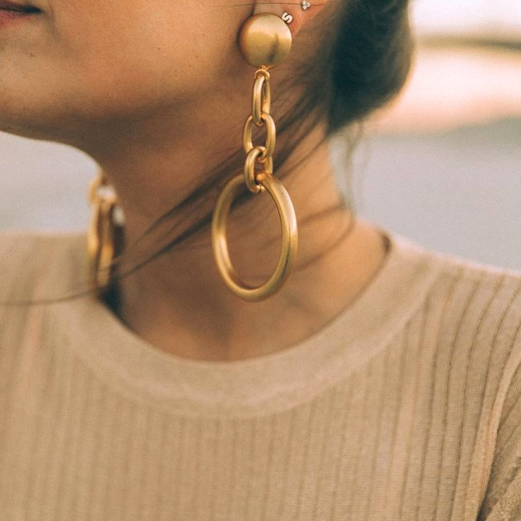 Les boucles d'oreilles se font toujours plus massives : vive le come-back des 80's/90's ! (photo Collage Vintage)