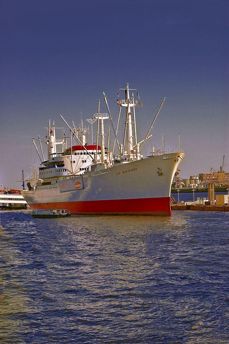 Hamburg Hafen, die Cap San Diego ist ein Museumsschiff und kann besichtigt werden im Hamburger Hafen an den St. Pauli Landungsbrücken.