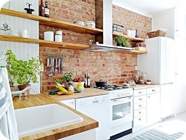 skandynawska kuchnia,ściana z cegły przy okapie kuchennym,półki przy okapie kuchennym,jak zamontowac półki przy okapie,jakie wybrac półki do kuchni,drewniane półki,aranzacja skandynawskiej kuchni,pomysły na kuchenne półki,czerwona cegła na ścianie w kuchni