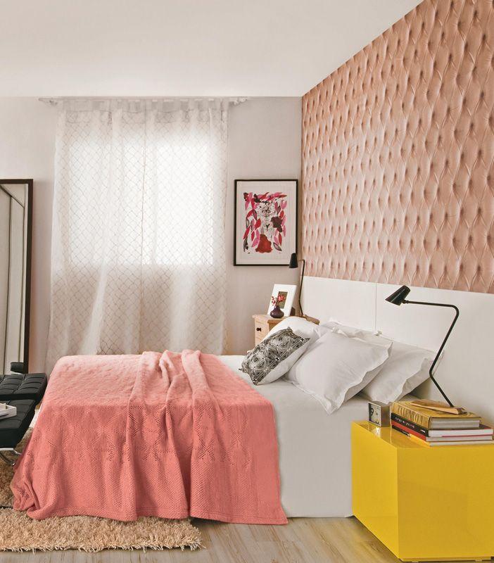 A arquiteta Regina Adorno projetou este quarto para exibir uma atmosfera feminina livre de clichês. O entorno branco e cru – em armário, cortina, tapete e piso – realça o tecido bege-rosado aplicado na parede, com estampa que imita o capitonê. E uma pitada de cor forte – no caso, o amarelo do cubo – quebra a sisudez de um jeito contemporâneo.