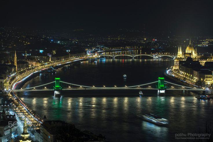 """""""Szechenyi Chain Bridge"""" - One of the sights of Budapest """"Szechenyi Chain Bridge"""" St. Patrick's Day green casual. ------------- Budapest egyik nevezetessége a """"Széchényi Lánchíd"""" Szent Patrik Nap alkalmából alkalmi zöld színben."""
