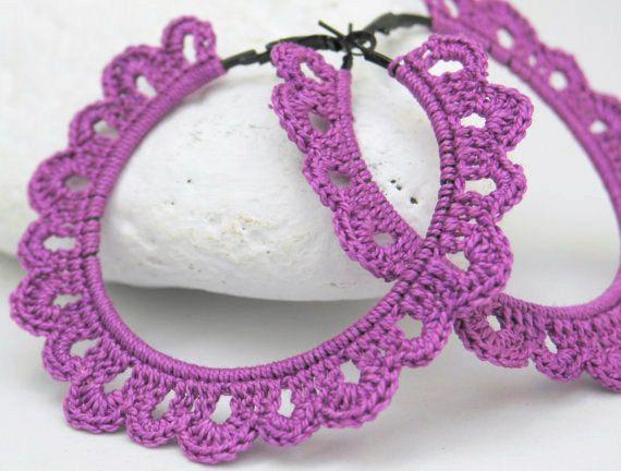 Aros - pendientes de ganchillo - crochet Joyeria textil Pendientes violetas Idea para regalo Dama de honor    Pendientes de crochet o ganchillo, realizados en hilo de algodón de alta calidad sobre un aro metálico negro. En color violeta.    El diámetro es de 8.5 cm.    Nota: Los colores pueden variar ligeramente en la imagen debido a la pantalla del equipo y a la iluminación de la fotografía.    Se pueden hacer en cualquier color, envíeme un correo con su color favorito y sin ningún…