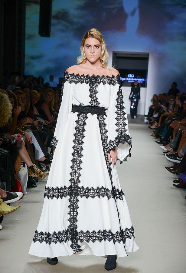 5678e9048d8 Μάξι λευκό φόρεμα με χαμόγελο και λεπτομέρειες μαύρης δαντέλας ...