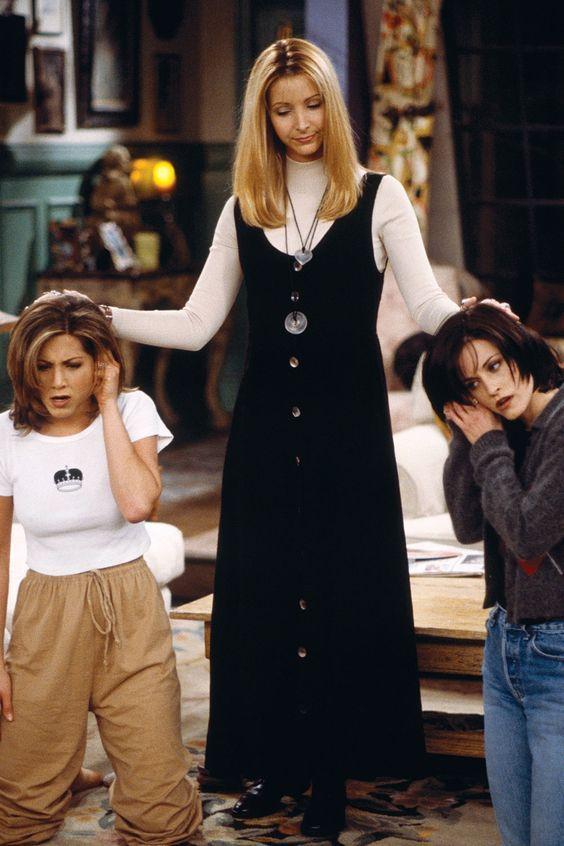 Nós vemos cada vez mais que a moda dos anos 90 está super usável e em Friends vemos as meninas vestindo tudo o que a gente veste hoje, resolvi separar alguns looks para nós fazermos um comparativo.