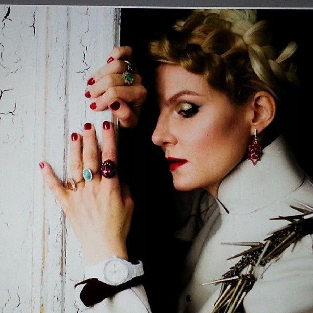 Стоп-кадр со  съёмок @renatalitvinovaofficiall #renatalitvinova #ренаталитвинова часы - #rado , кольца и серьги - #ivy  #rodarte @isxakov