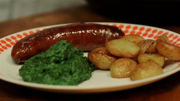 Ristepølse med grønlangkål og råstegte kartofler