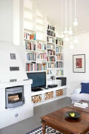Ombonat och effektivt med platsbyggd bokhylla som sväljer allt från böcker, TV och ved.