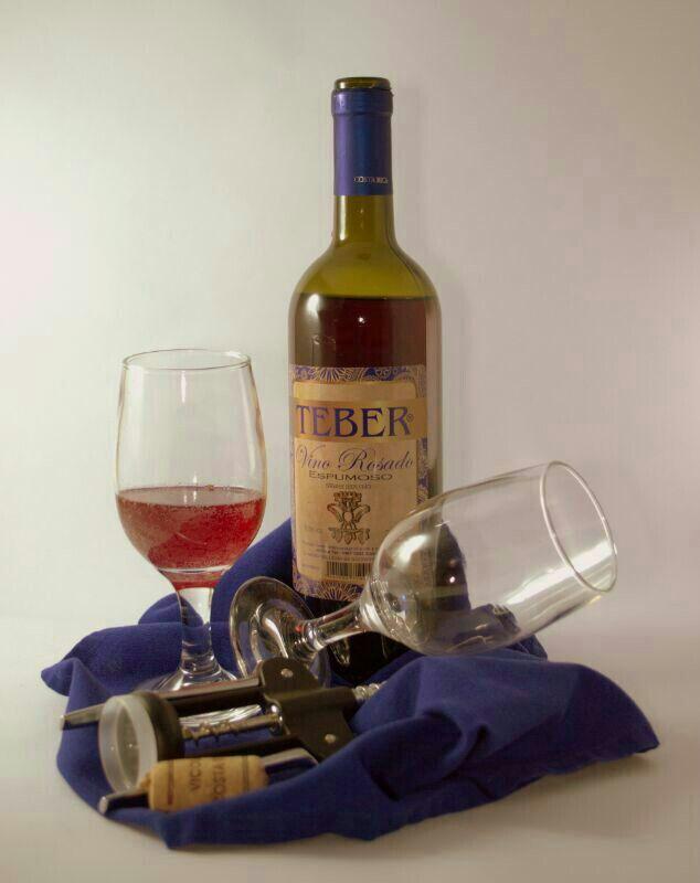 """¿Un vino es """"espumante"""" o """"espumoso? A los vinos con burbujas se les llama espomosos, no espumantes, ya que una bebida o sustancia es espumante cuando genera espuma, como es el caso del jabón."""