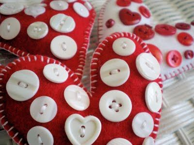 Red and white felt Christmas ornaments... with buttons!Valentine'S Day, Felt Hearts, Kids Crafts, Home Decor, Homemade Christmas Ornaments, Felt Christmas Ornaments, Christmas Decor, Heart Buttons, Buttons Heart