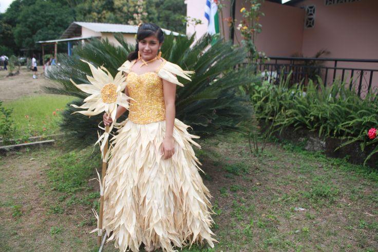 traje tipio elaborado con granos de Maiz y sus hojas. Manabí