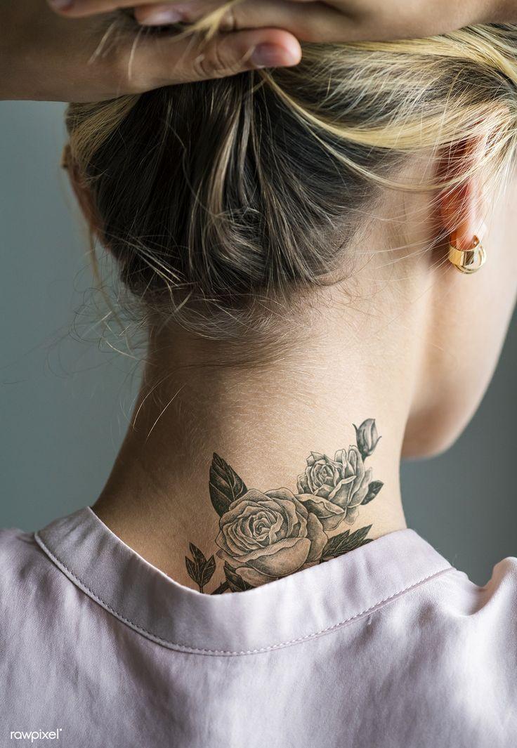 Tätowierung einer Frau im Nacken erstklassiges Bild von