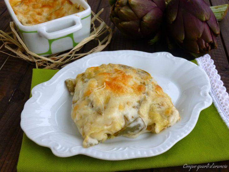 Le lasagne ai carciofi sono un primo piatto davvero delizioso, delicato e semplice da preparare, con tanta besciamella e arricchite da della scamorza fresc