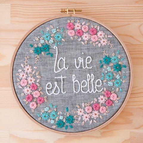 La vida es bella incluso el domingo por la tarde amigos! #etsy #etsyseller #bordadoamano #bastidores #portaalianzas #artesanal #embroideryhoop #flores #lavidaesbella