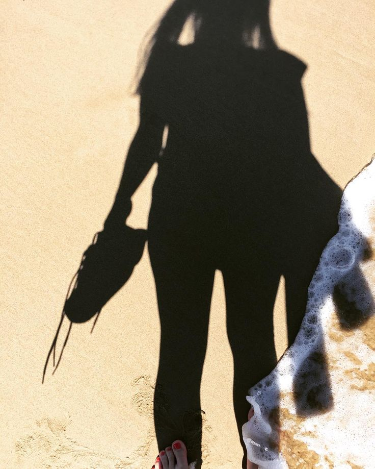 Vynechat procházku na pláži by byl hřích  #me #brunettegirl #spain #peniscola #beach #sand #sea #palms #sun #enjoyingeverymoment #hotels #papaluna #shadows #waves #dayoff #lovemyjob #businesstrip #lovespain by baremii