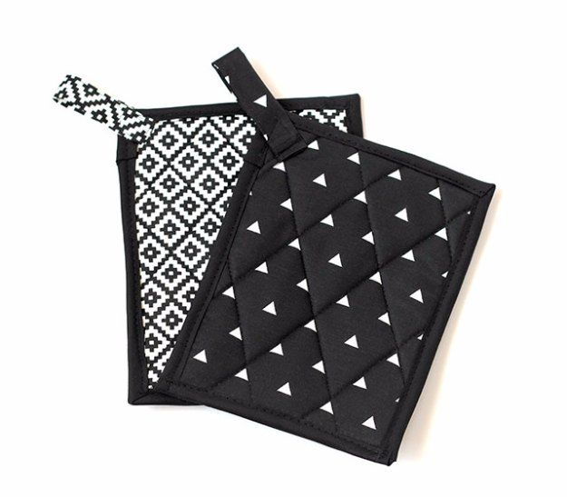Sewing Projects for The Home - Black and White Pot Holders  -  Free DIY Sewing Patterns, Easy Ideas and Tutorials for Curtains, Upholstery, Napkins, Pillows and Decor http://diyjoy.com/sewing-projects-for-the-home