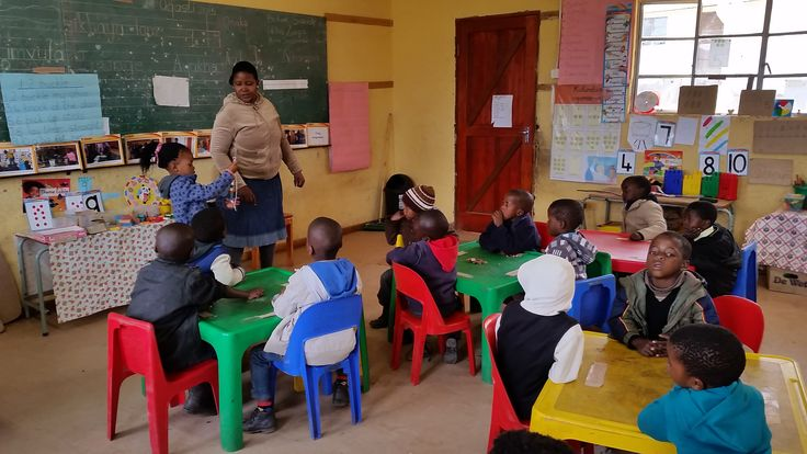 SANTS Diploma in Grade R student teacher involving learners in a numeracy activity during her practice teaching in Cofimvaba, Easter Cape