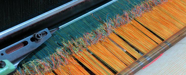 Hechos de Tejido. Una urdimbre se une con otra por un anudado, 9600 hilos se atan uno por uno para continuar tejiendo. Weaving Facts. A warp joins another by knotting, 9600 threads are tied one by one to continue weaving.