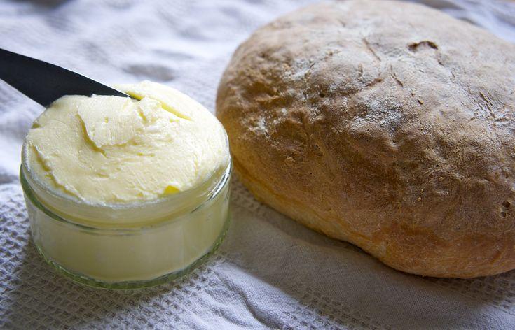 Vyměnit kupované máslo za klasické organické je to nejlepší, co pro své zdraví můžete udělat. Klasické máslo kupované v obchodě obsahuje pasterizované mléko a trans-tuky, zatímco domácí je plné vitamínu A a je prospěšné pro váš organismus. Dnes si ukážeme, jak si takové domácí máslo připravit. Ingredience: 2x smetana ke šlehání (2 balení, tedy přibližně …