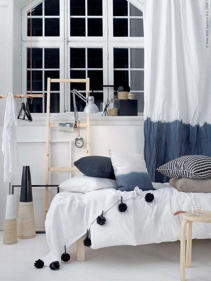 Gästbloggarna Anna & Pernilla: Textil ger liv. Enkelt vita påslakansetet DVALA har sällskap av kuddar i olika material, kuddfodralet GURLI är doppat i textilfärg precis som metervaran LENDA. INDIRA överkast har dekorerats med garnbollar.