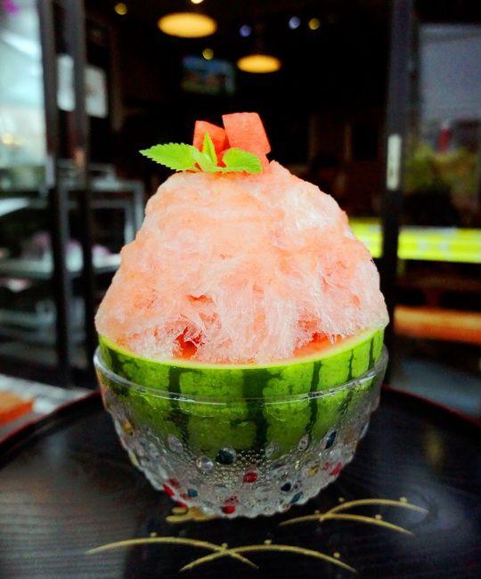 Watermelon shaved ice dessert 雪うさぎ(東京・駒沢大学)の「小玉すいか」スイカ×氷、これぞ夏。甘みそ&ナッツ、赤いバラなど、他にも独創的なかき氷がいっぱい